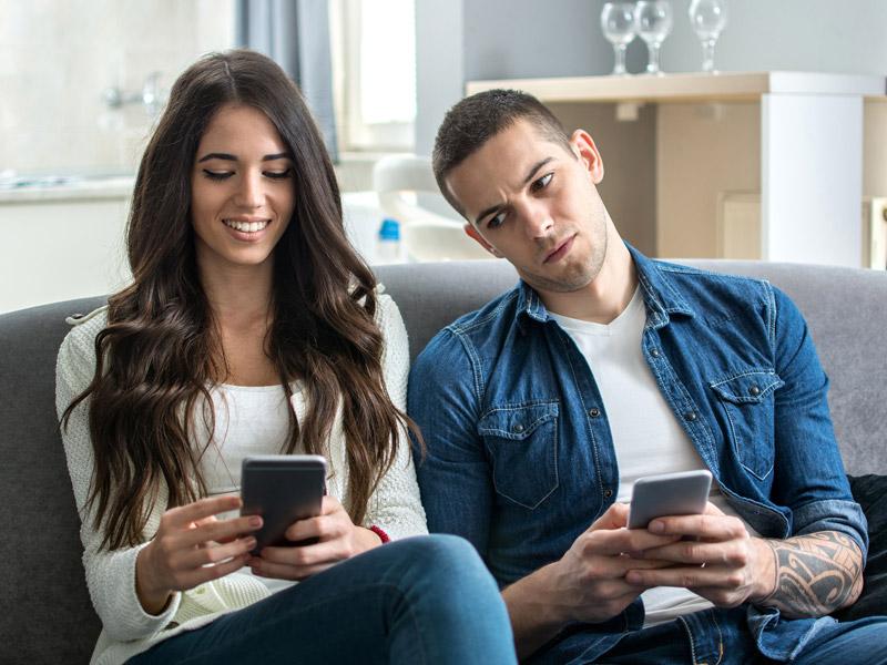 Как следить за айфоном жены